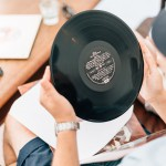 壁に穴を開けずにレコードを飾ろう!100均で買える便利グッズ