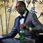 Snoop Doggが「ジン&ジュース」を飲みながらタンカレージンについて語る。